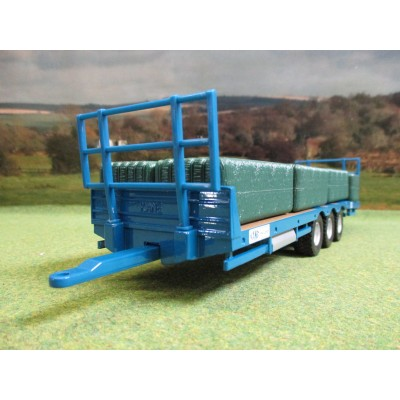 BRITAINS 1:32 KANE TRIAXLE BALE TRAILER & 7 BIG BALES