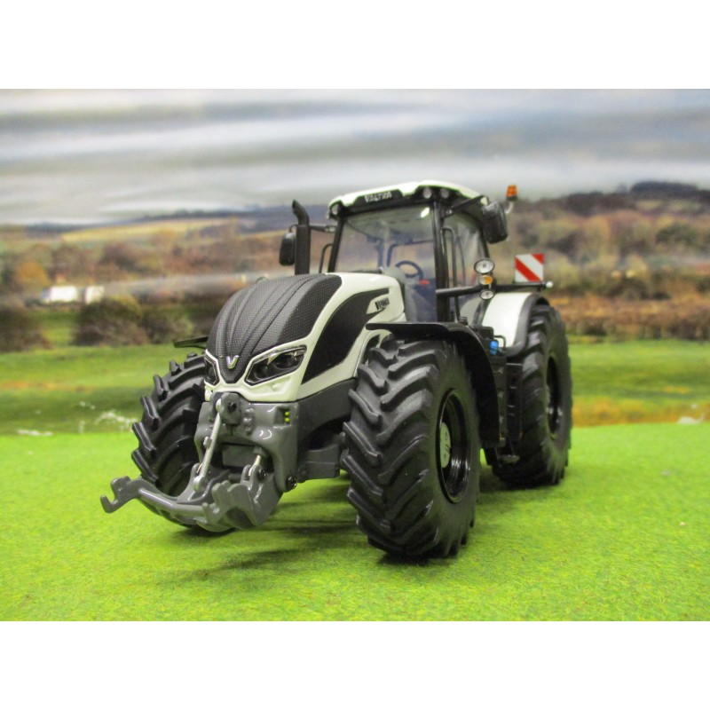 UNIVERSAL HOBBIES 1:32 VALTRA S394 TRACTOR IN WHITE