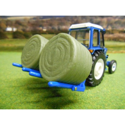 BRITAINS 1:32 FLEMING REAR DOUBLE BALE LIFTER & TWO ROUND BALES