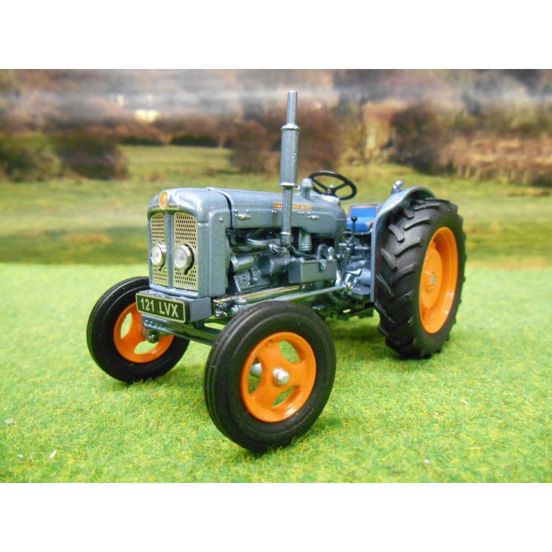 UNIVERSAL HOBBIES 1:32 FORDSON SUPER MAJOR LAUNCH EDITION